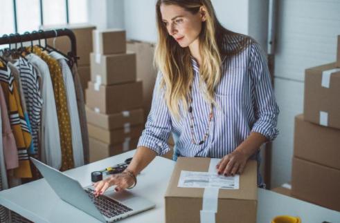 Jelaskan Perbedaan Pemasaran Luring dengan Bisnis Online! Yuk Simak Baik-baik